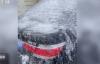"""【速搜资讯】私家车堵车库门 还不留电话:被泼水冻成""""冰车"""""""