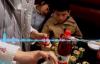 【速搜资讯】熊孩子火锅店连开59瓶香油 网友出招:让母亲从零钱里扣