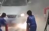 """【速搜资讯】汽车加油时""""着火"""" 油站姑娘对着车灯狂按灭火器!真相让人笑喷"""