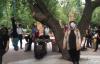 【速搜资讯】沈阳大爷大妈把头挂树上锻炼 画风奇特!专家:风险非常大