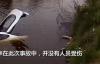 【速搜资讯】弟弟将姐姐豪车开进水塘 姐姐崩溃:价值130万 只因低头看手机