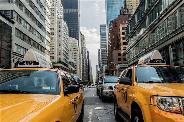 国家统计局:全国民用汽车保有量2.6亿辆/平均每6个人有车