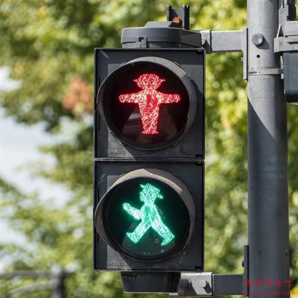 为什么交通灯是红黄绿三色?