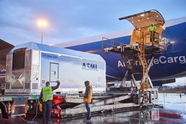EUV光刻机订单少了?ASML下调Q1季度营收预期 暂停股票回购