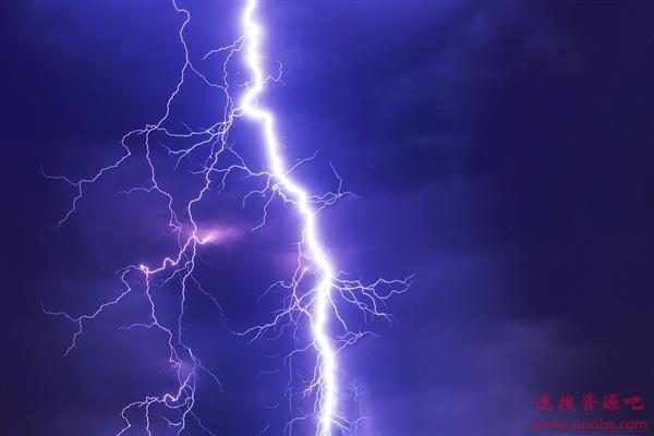 16岁少年在家玩手机被雷击晕 医生:雷雨天远离电器、金属物体