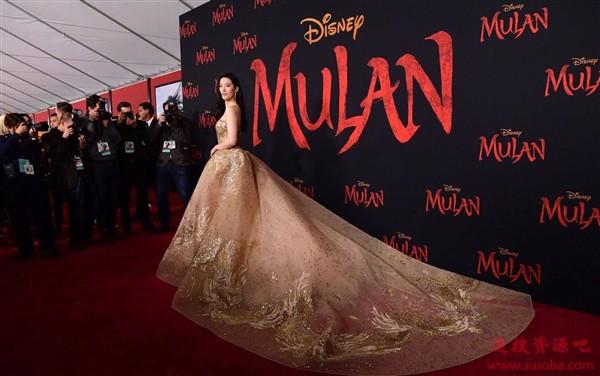 《花木兰》首映不受美国疫情影响 刘亦菲抹胸金礼服美艳动人