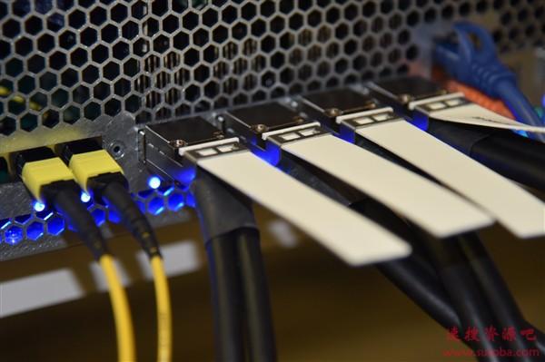 12.8Tbps!Intel全球首秀一体封装光学以太网交换机