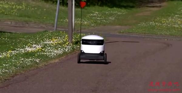 """英国小镇疫情期间迎来新""""风景"""":机器人每天忙送货"""