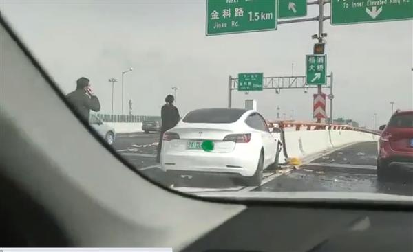 【速搜资讯】特斯拉Model 3撞上高架隔离桩 前脸完全损毁