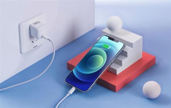 【速搜资讯】努比亚方糖快速充电器到手价54元:iPhone 12最佳伴侣