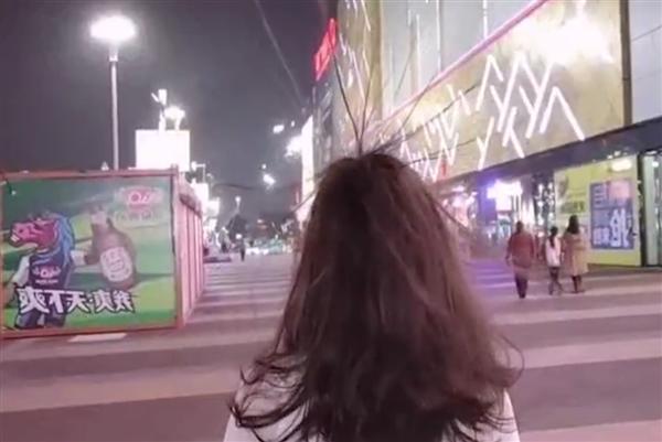 【速搜资讯】商场回应路人经过时头发直立:台风引起静电摩擦